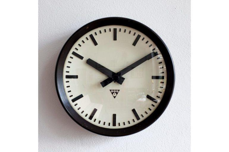large_bakelite-pragotron-station-clock-1960s